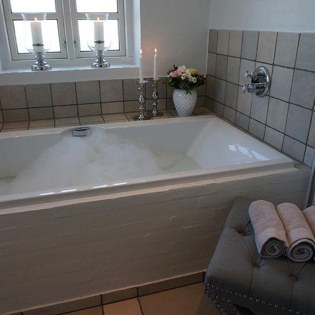 Hva med et dejlig bad? 🍾 #VillaB #bad #lenebjerre #xbench #interior #bubbles…