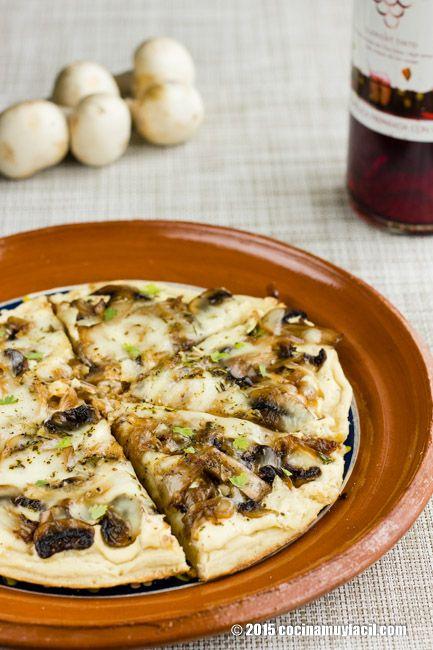 Pizza blanca de champiñones y cebolla caramelizada. Receta | Cocina Muy Fácil | http://cocinamuyfacil.com