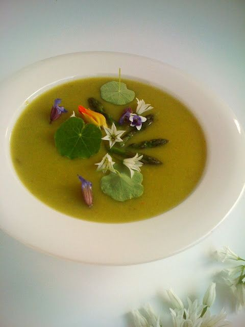 Alessandra Zecchini: Asparagus and onion weed soup with flowers