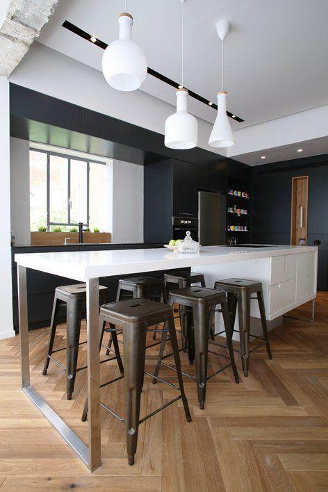Tlv Rothschild blvd apartment, Tel Aviv, 2014 - Dori Interior Design. Cuisine moderne noir et blanche. Îlot central, tabourets Tolix