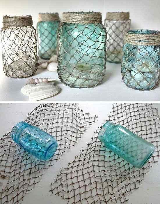 Des bocaux en verre enroulés dans un morceau de filet de pêche.