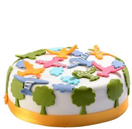 Dětský dort č. 20 Dětský dort obalovaný fondánem, dozdobený letadýlky a mráčky z fondánu.
