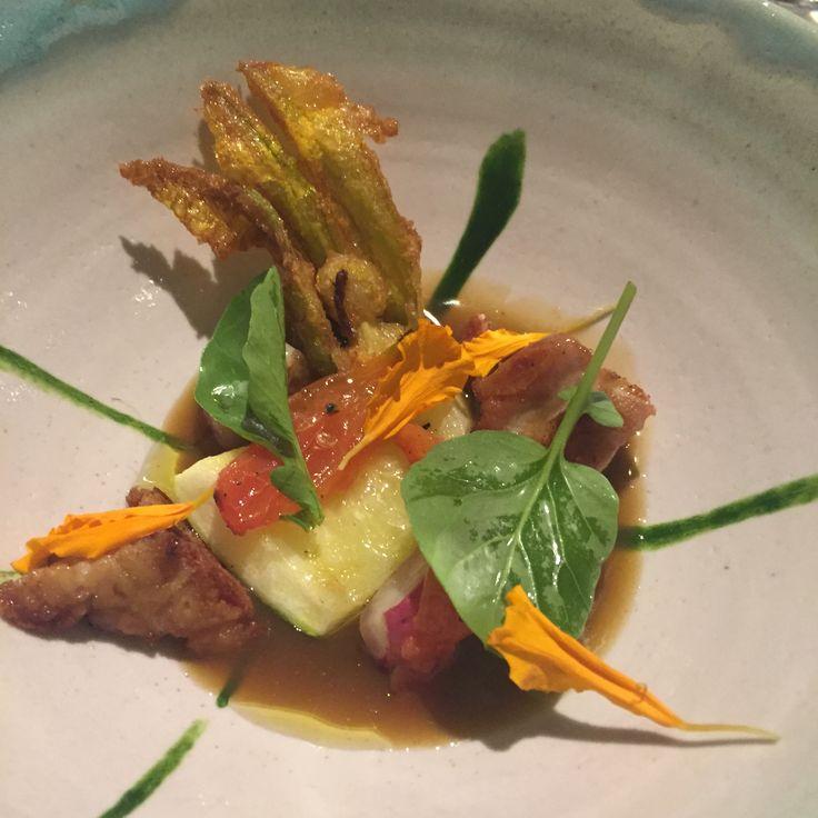 Montia julio 2015. Flor de calabacín en tempura y verduras en su caldo.