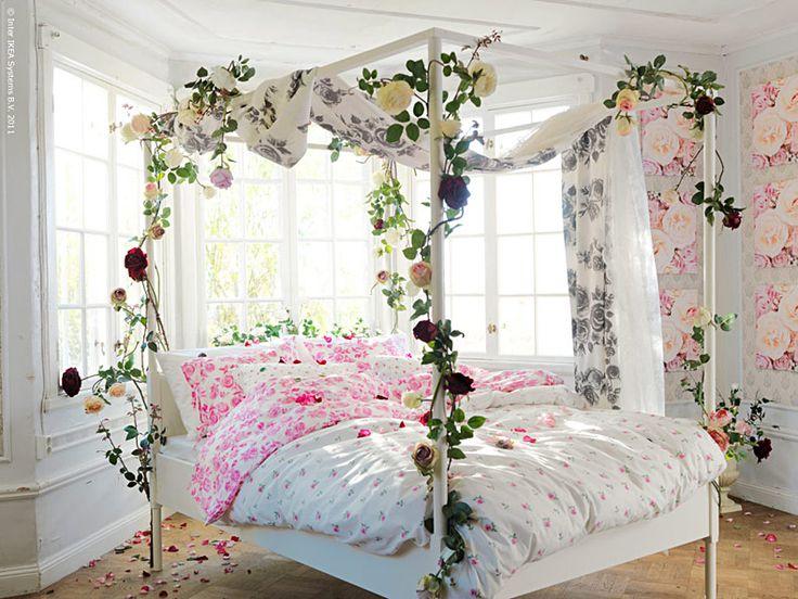 En himmelsäng har onekligen ett romantiskt skimmer över sig. Här ser du sängen EDLAND i en vårskrud av nyheter; EMELINA ROS, EMELINA KNOPP och ROSMARIE, design Inga Leo, är som gjorda för en Törnrosa! Att sova i en himmelsäng är ett ombonat och rofyllt sätt att sova, ett rum i rummet. Omgiven av skira draperier finns det inget som stör skönhetssömnen. Kanske dags att byta säng? Anna L-B, Livet Hemma redaktionen