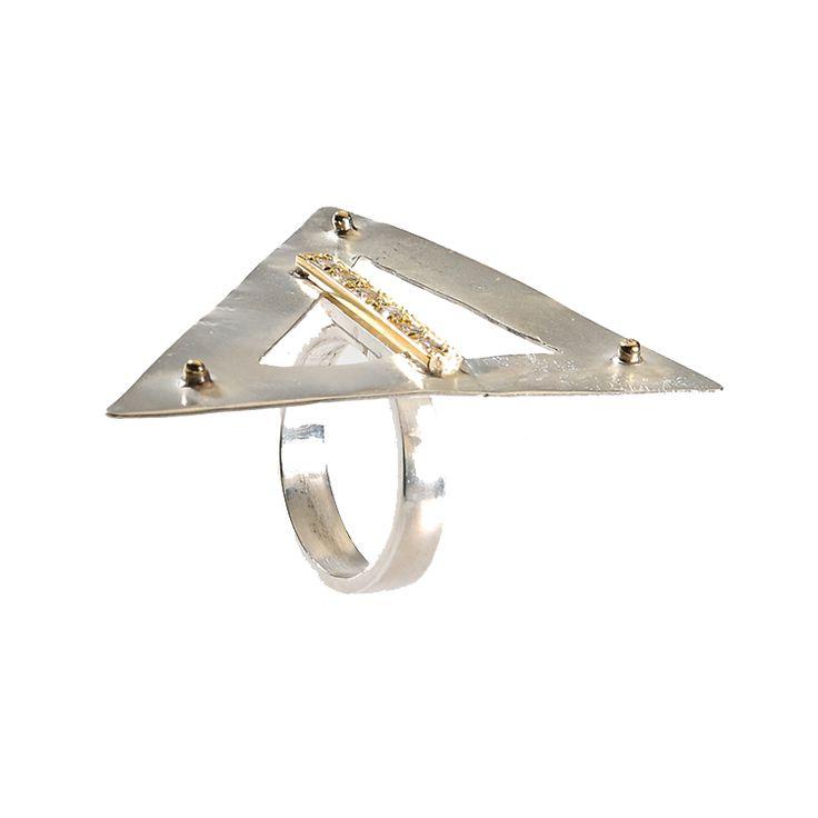 Rinascimento: anello a forma triangolare in argento con barretta di decorazione in oro e brillanti