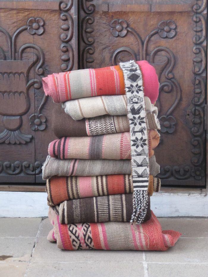 """Rustikke håndvævede """"Kelim"""" tæpper i stærke farver fra det bolivianske højland."""