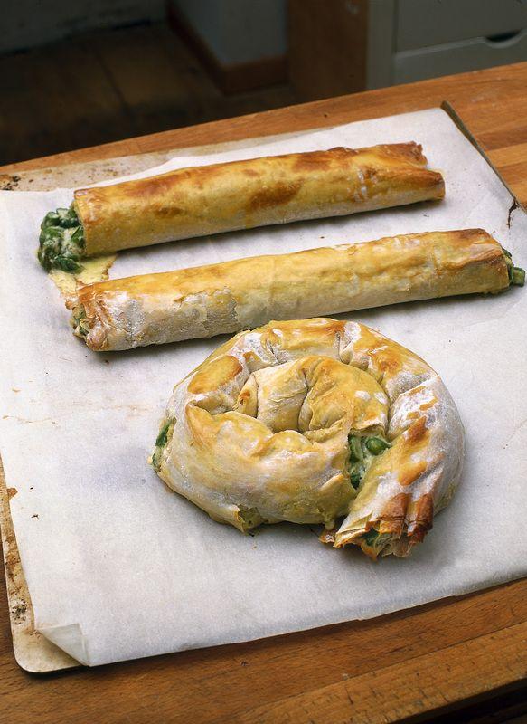 Ciambella agli asparagi. Ingredienti  una confezione di pasta fillo  500 g di asparagi freschi o surgelati  200 g di formaggio caprino fresco  un uovo  50 g di grana grattugiato  3 cucchiai di olio extravergine d'oliva  sale, pepe