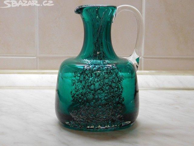 Hutní sklo atypické a málo dělané, staré - obrázek číslo 2   staré džbánky z hutního skla vyrobené ve sklárně Rapotín,  modrá 13,5cm a zelená 15,5
