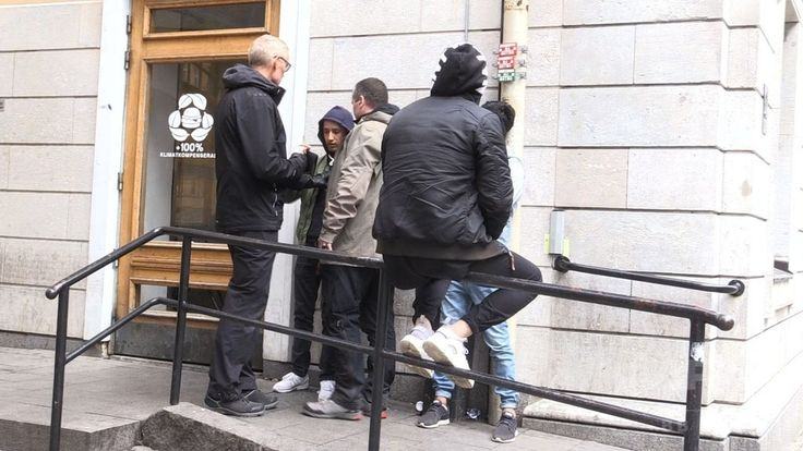 スウェーデンのウプサラ Uppsala   で、若者と話す警察官(2017年5月15日撮影)。(c)AFP/AFPTV/CAMILLE BAS-WOHLERT ▼8Jun2017AFP 難民認定申請の審査、精神的苦痛から薬物に アフガンの若者たち http://www.afpbb.com/articles/-/3131163