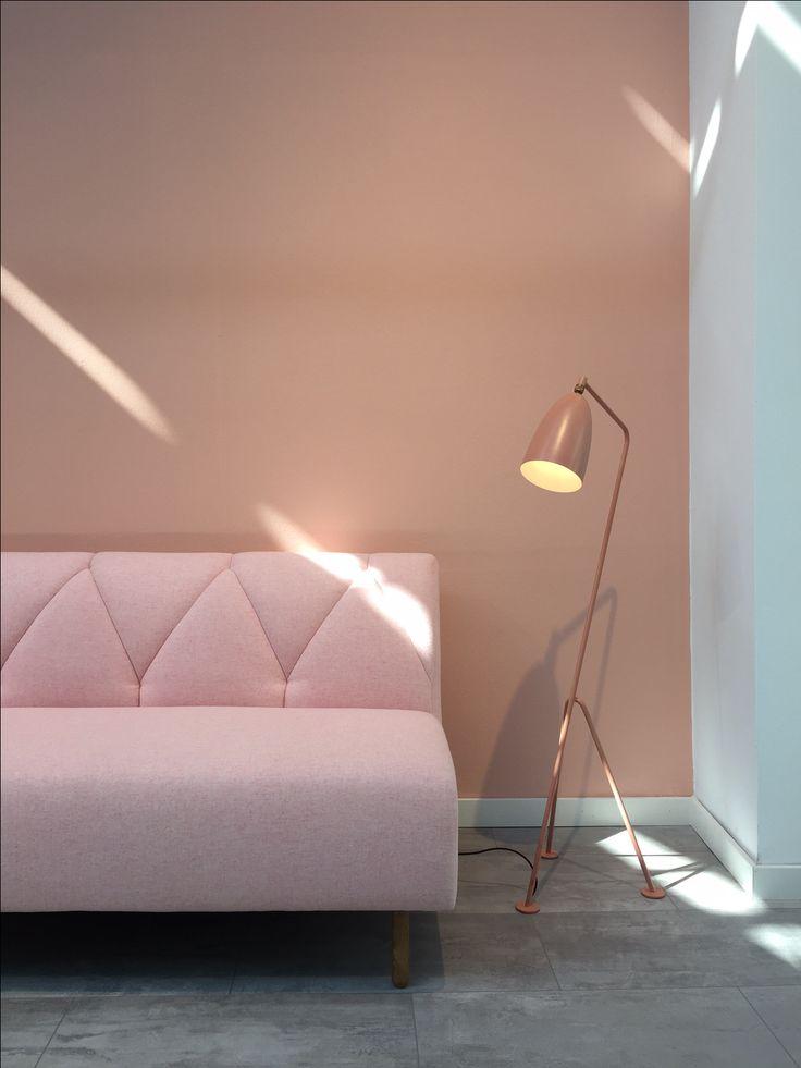 Iris bei uns im Showroom in Berlin #sofacompany_de #danishdesign #furniture #scandinaviandesign #interiordesign #furnituredesign #nordicinspiration #retrostyle #pink #Sofa