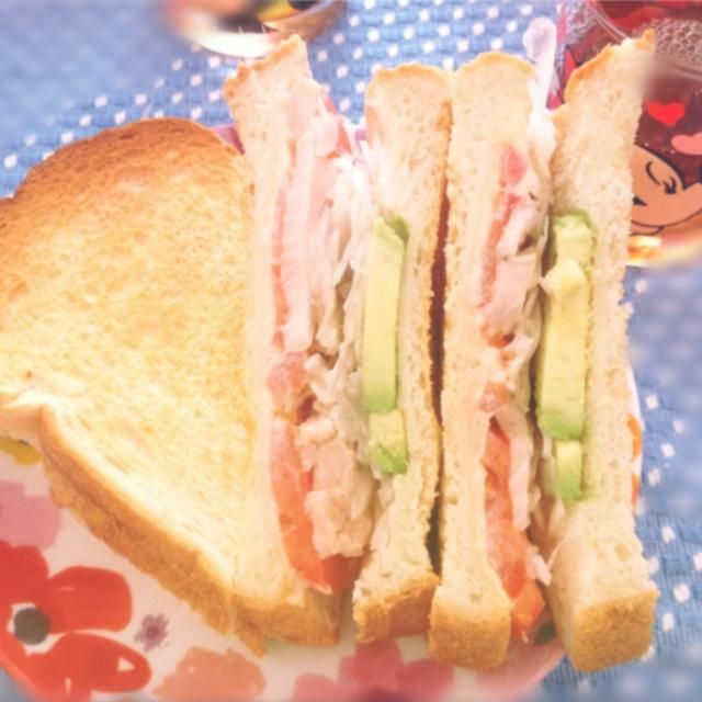 お昼ご飯に、手作りサンドイッチ(●´ω`●) パンの耳もそのまま食べるのが好きです( ̄Д ̄)ノ - 11件のもぐもぐ - とりハムとアボカド、トマト、オニオンスライスのサンドイッチ by たまご