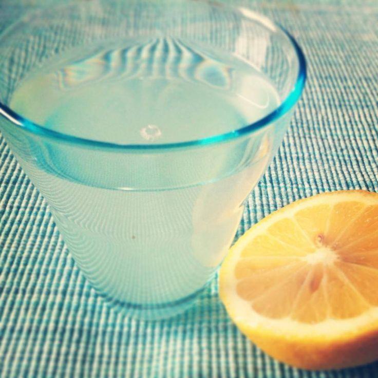 Begin de dag met 2 glazen warm of lauw water (wel eerst koken, daarna aanvullen met koud water) en een uitgeperste halve citroen. Het helpt je spijsvertering om op gang te komen. Citroenen zitten ook nog eens vol met mineralen en vitaminen die je lichaam van binnenuit 'schoonmaken' waardoor je darmen beter hun werk kunnen doen. Het resultaat: minder kans op een opgezette buik. Bovendien is het ondersteunend voor je lever. Begin je dag verfrissend! Detox