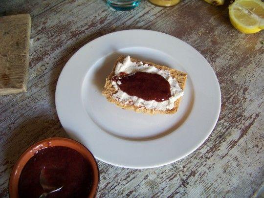 bruschetta au chèvre frais et sauce aux prunes