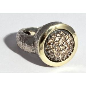 Anillo Pekan Glasgow de plata martelé y oro, con piedras de cuarzo fumé.