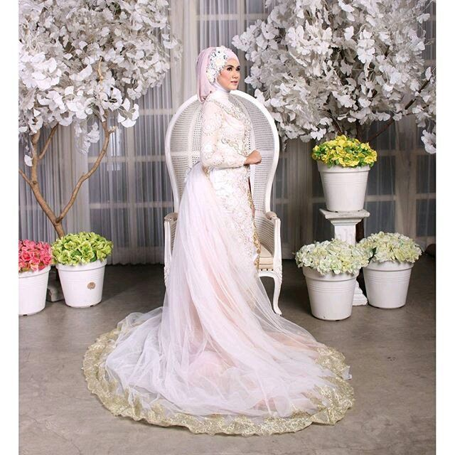 Mua: @be.au.ty  Photo @guszaditto Talent @kanyacatya  Stylish @citra_fitrie  Studio @studioadventure Wardrobe @hendhysetiawan . . kebaya bisa disewa Utk info PL lgsg Text/WA 085706665322 bbm 5AD09682 (mbak Eky . .  #kebaya #kebayapengantin #photo #photographer #kebayaresepsi #hendhysetiawan #wedding #pengantin #bride #designer #fashion #hijab #prewedding #resepsi #pernikahan #perkawinan #gown #sewakebaya  #RepostIt_app by hendhysetiawan