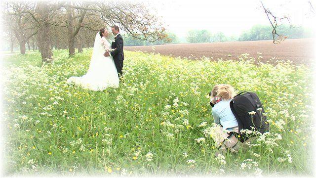 Op 8 mei 2015 trouwden Gerco & Jennerike. Vroeg in de ochtend vertrokken zij voor de fotosessie in de omgeving van het mooie Marienwaerdt. De huwelijksvoltrekking vond plaats in het gemeentehuis van Neerijnen. Hierbij een korte impressie van het begin van deze dag die tijdens de feestavond werd vertoond.  voor meer info: www.videograaf.nl