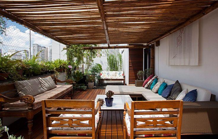 Para área externa coberta, o L forma uma chaise. Modelo da loja L'Oeil. Nesta cobertura, sobre a pérgola de bambu há um plástico de estufa que bloqueia chuvas mais leves, mas permite a ventilação
