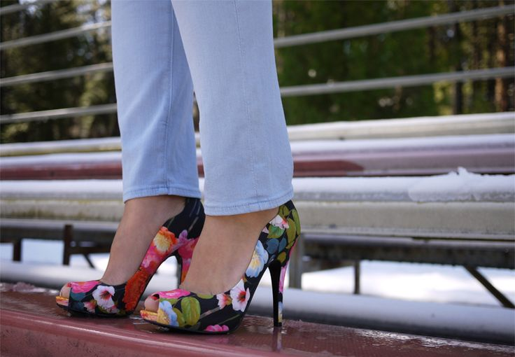 ,: Floral Pumps, Floral Prints, Flowers Prints, April Shower, Flowers Power, Beautiful Shoes, Floral Heels, May Flowers, Floral Shoes
