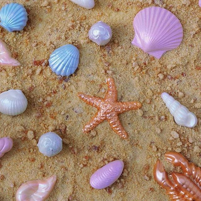 pop in today & pick up a bag of these super cool seashell chocolates, with oyster pearls filled with salt caramel, on a bed of salt caramel roasted sugar 'sand' 🦄🐚 shop's open til 4! we have mince pies! If you can't make it today we're also open Wednesday nights up until Christmas 5-9pm. I'll be there serving (drinking) mulled wine & wrapping gifts. come n visit x