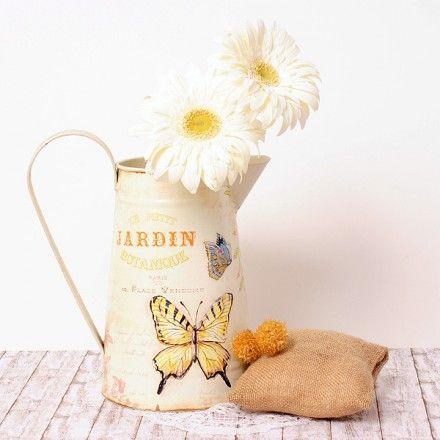 Regadera vintage para decoración de bodas y tiendas. Vintage style metal jug with butterflies.