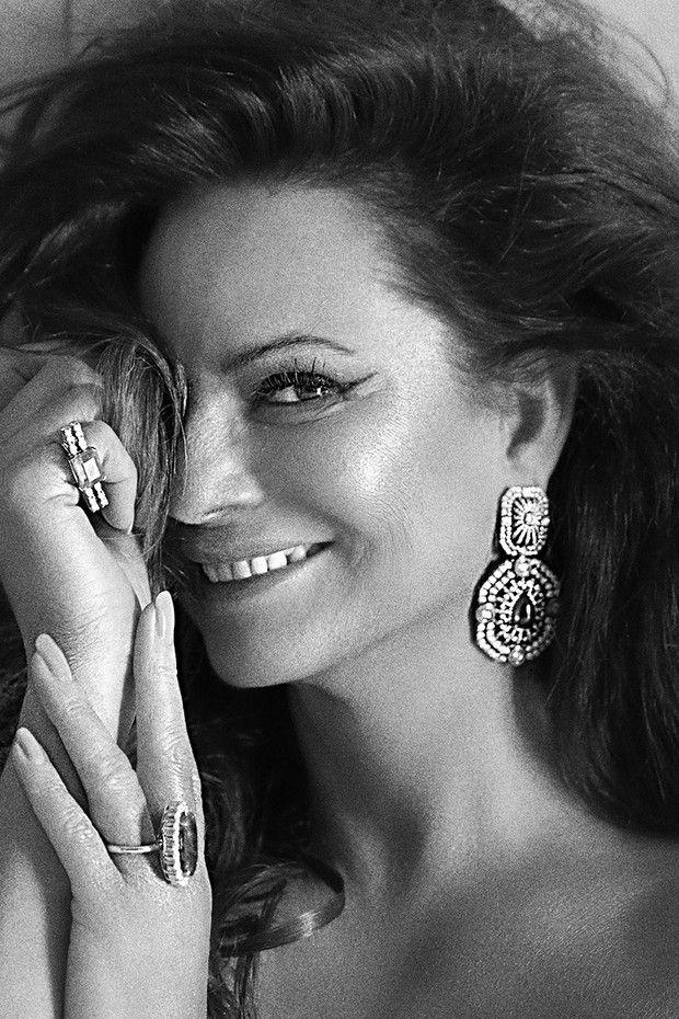 Luiza Brunet mostra sua versão diva glam nos bastidores da TV Vogue