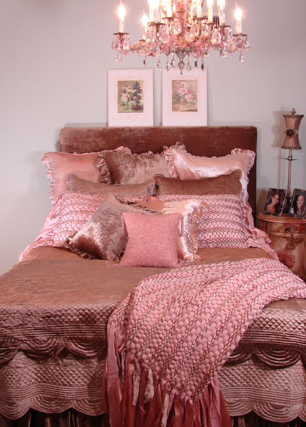 Scalloped Velvet Quilts And Bedskirts In A Dusty Rose Color With Beautiful  Pink Woven Sham With Fabric Extensions.There Are Throw Pillows In Velvet To  ...