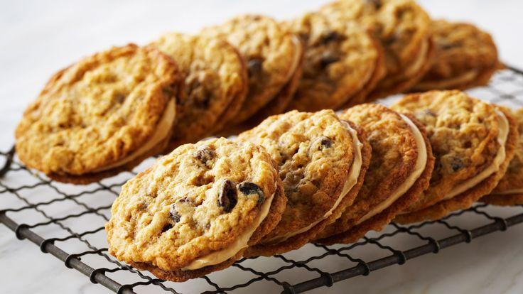 En primer lugar, vamos a preparar la masa de las galletas. Mezclamos en un bol la mantequilla con el azúcar blanquilla y el azúcar moreno...