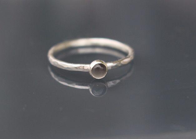 Zarter Sterling Silber Vorsteckring verziert mit kleinem grauen Mondstein. Der Stein ist 4 mm groß. Die Ringschiene ist  gehämmert. Der Ring kann solo getragen werden, sieht aber auch in...