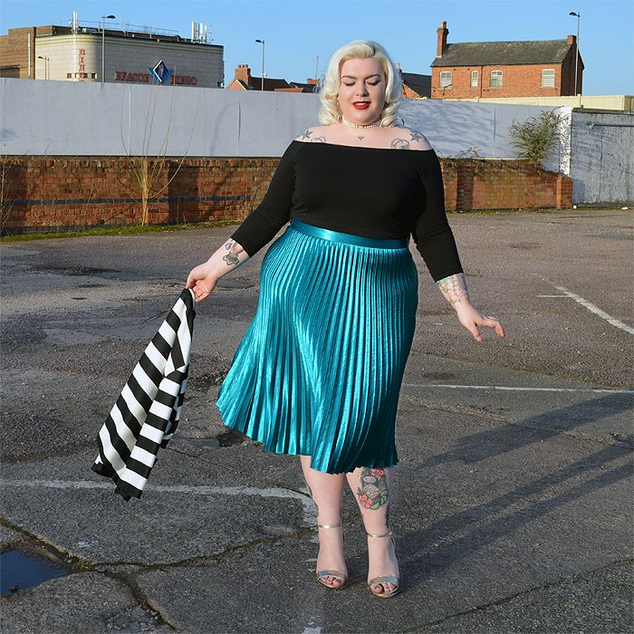 O que dizer sobre a maravilhosidade desta saia midi plus size plissada neste tom incrível de verde azulado? Puro luxo!