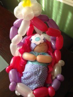 Bébé dans un berceau en ballons