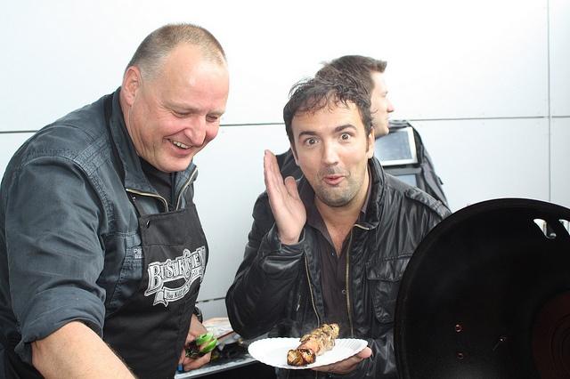 Gerard is helemaal in zijn element tijdens de Effe Ekdom BBQ