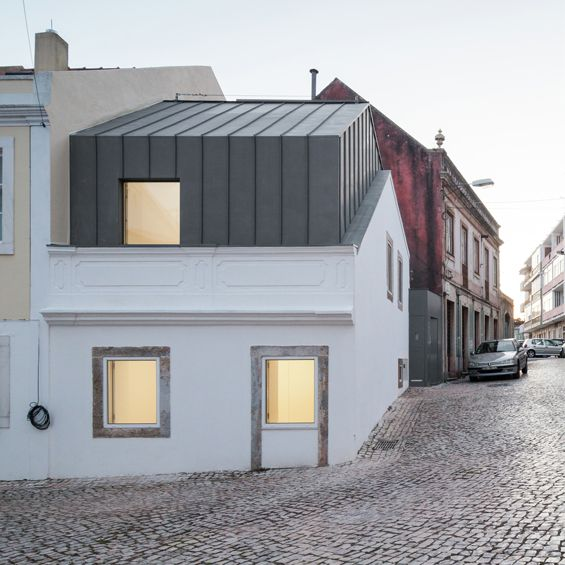 Humberto Conde, architecte installé à Lisbonne au Portugal, livre l'extension et la restauration d'une maison. Entre les anciens murs du bâtiment se glisse un projet contemporain recouvert de zinc offrant plus de volume à l'habitation. ...