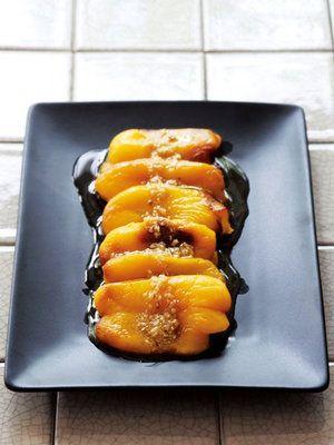 オーブンで焼いたパプリカに、アンチョビ、にんにく、オリーブオイルで作ったソースをかけて|『ELLE a table』はおしゃれで簡単なレシピが満載!