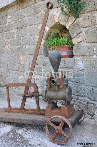 Antica pompa manuale per il travaso del vino