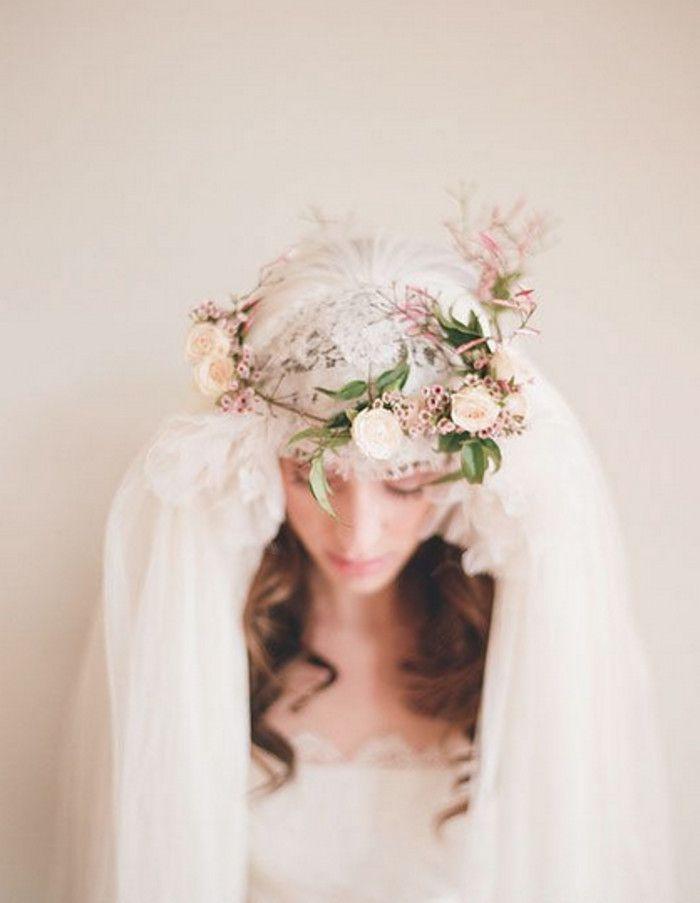 头纱的种类很多,在整个婚礼装束中其魔力都不可否认。今天派时光婚纱写真馆化妆师就要给大家分享一些关于婚礼中新娘们对于头纱的选择,首先头纱要与你的婚纱礼服相配,其次当然也必须与发型相协调,头纱所带来的梦幻感觉往往能让新娘更加楚楚动人。头纱的材质也有蕾丝的,轻纱的,搭配小碎钻、水晶、珍珠、珠片等不同配饰,往往能呈现出不同的效果。头纱中另一个可以别具特色的点就是缝边设计,无论是无缝边的现代设计,还是加上艳色丝带或蝴蝶缝边,都能给整体造型加分。