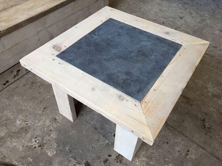 Salon tafel uit steigerhout met een blauwe stenen blad van 40/40