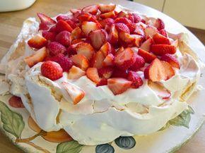 Pavlova met aardbeien en slagroom