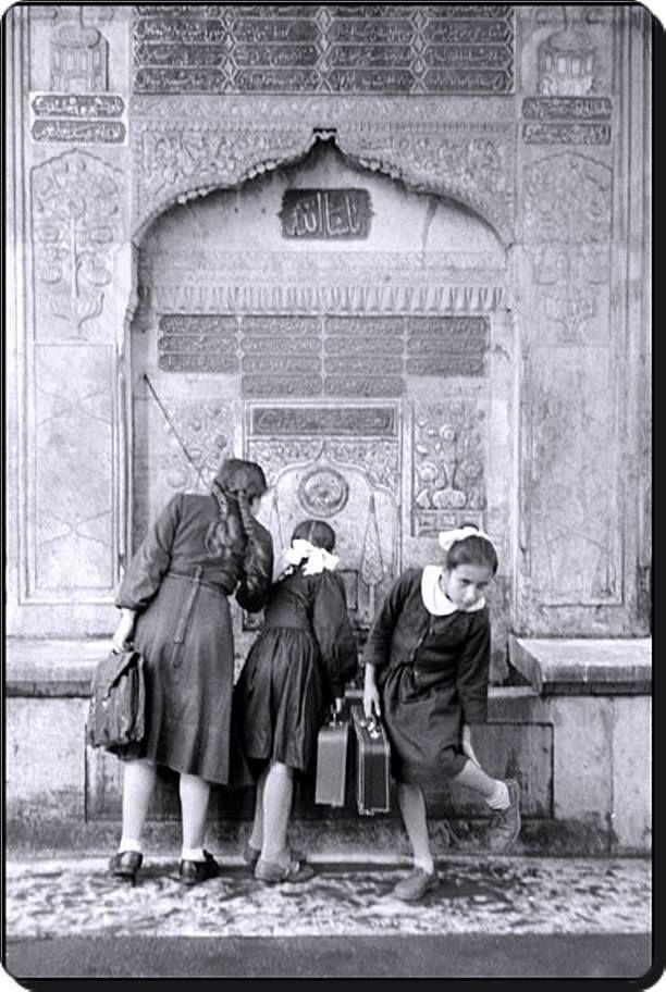 Öğrenciler - 1957 o güzel çeşmeler süs değil yaşamın parçasıyken çekilmiş