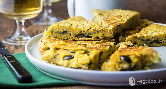 La frittata senza uova di pasta è un secondo piatto gustoso e sfizioso che vi permetterà di riutilizzare una pasta avanzata