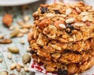 Cookies aux fruits secs et flocons d'avoine à moins de 100 calories 150 g de flocons d'avoine 75 g d'un mélange de fruits secs 50 g de farine 50 g d'édulcorant en poudre 75 g de compote de pommes sans sucre ajouté 1 oeuf 1 c. à café de vanille liquide 1 pincée de sel
