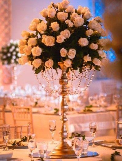 Centro de mesa para boda sobre candelabro