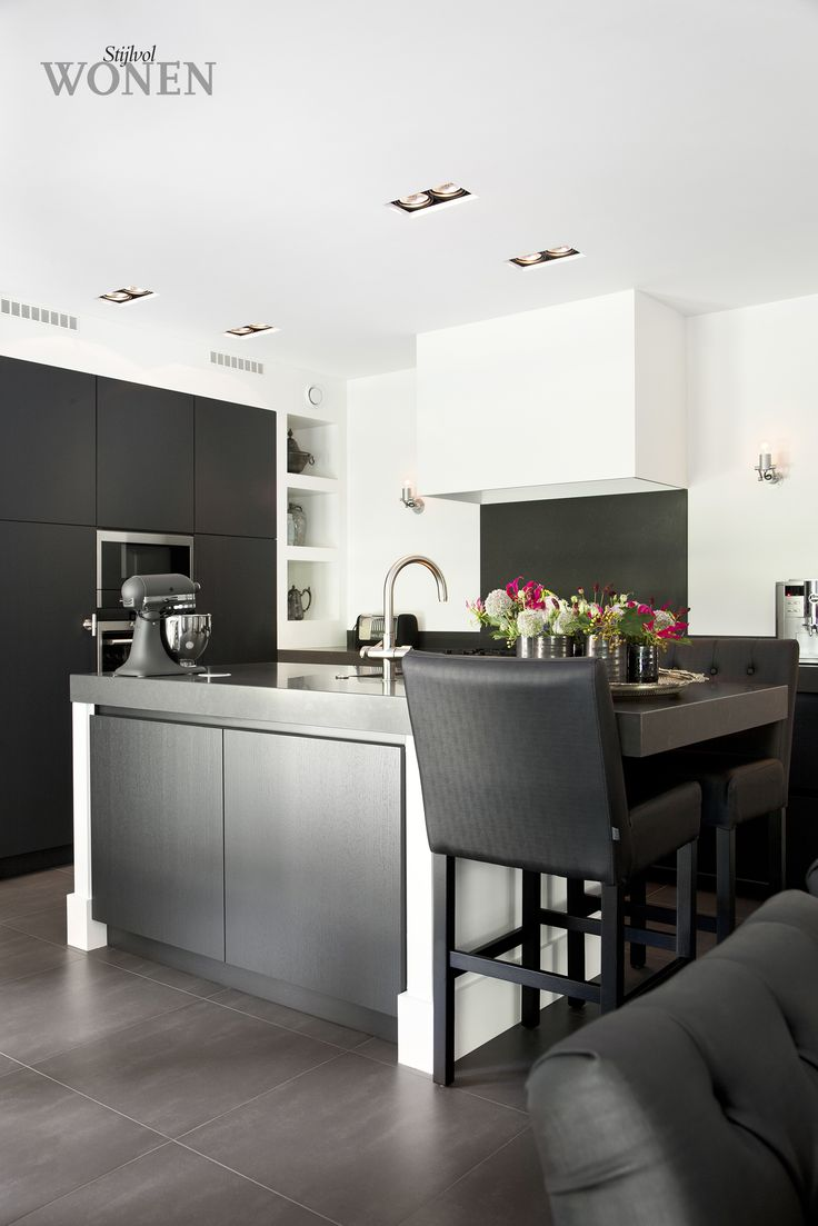 Stijlvol Wonen: het magazine voor warm-hedendaags wonen - ontwerp: Provence Keukens - fotografie: Sarah Van Hove  #keuken #eiland #barstoel #blackwhite