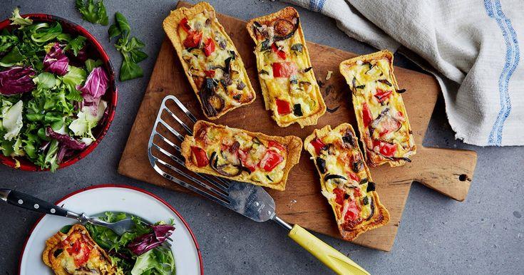 Oppskrift på vegetariske minipaier. Fyll minitubs med grønnsaker, egg og ost og gratiner i ovnen.