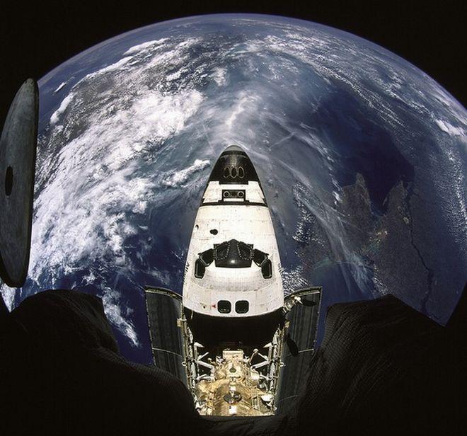 """Η Γη και το διαστημικό όχημα Ατλάντις όπως φαίνονται από τον Mir. Εξώστης free press - Το πραγματικό """"Gravity"""": 30+1 εντυπωσιακές φωτογραφίες από τη NASA."""