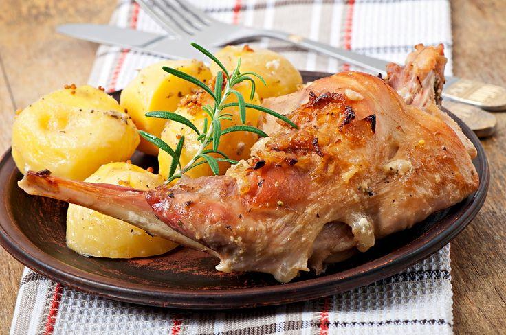 Ricetta coniglio al forno con patate: ecco come si prepara la ricetta per cucinare il coniglio al forno con le patate arrosto e i consigli sulla cottura.