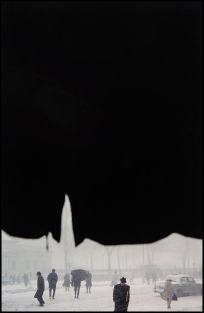 Saul Leiter, Auvent, ca. 1958. © Saul Leiter / Courtesy Howard Greenberg Gallery, New York.