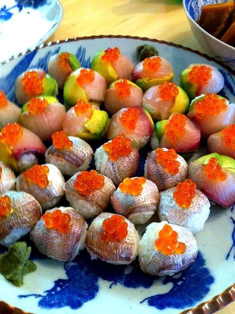 今わが家の冷凍庫に小鯛の笹漬けが入ってるのを思い出した! シオンが受かったら合格飯で作ろうっと♡ - 11件のもぐもぐ - 手毬寿司   鰤とアボカド  小鯛の酢漬け by tayuko