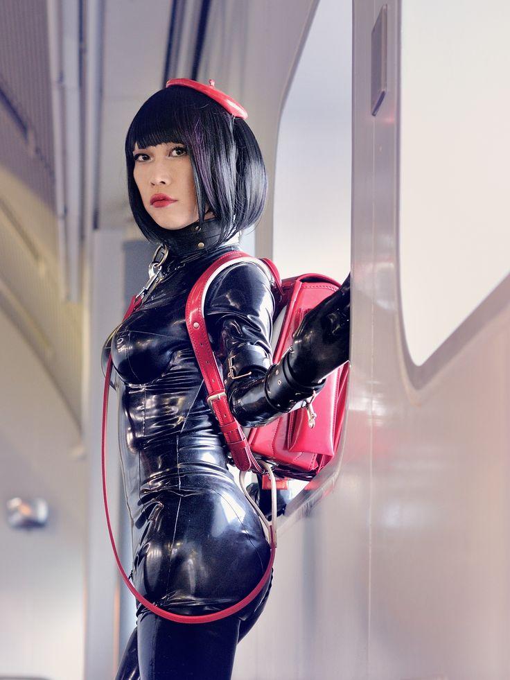 "sutiblr:  black rubber catsuit with redo randoseru  フリーペーパー特別版""clubgom!""に掲載させていただいたすちうるさん。"