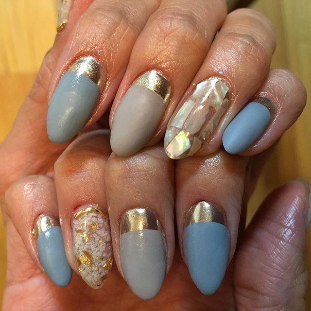 @pd_chiho ちほ先生のインスタライブ観てから金曜日まで待てず。 左手ノンワイプ塗り忘れてミラーじゃなくてただのゴールドになってしまった…orz でも色合いとマット仕上げ気に入った♡ #pdフレンチ #セルフネイル #ジェルネイル #ミラーネイル #nails #nailstagram  #シェルネイル #マットネイル #明日は仕事