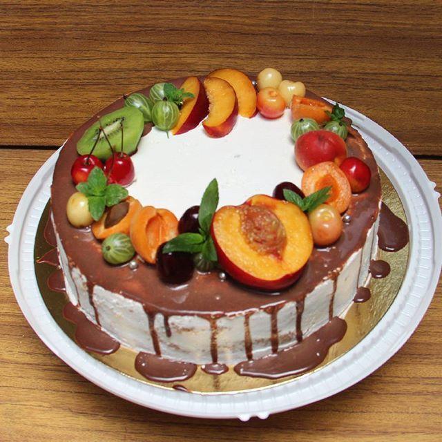 Фруктовый - самый часто заказываемый торт Шоколадный или ванильный бисквит, фруктовая/ягодная пропитка, натуральные взбитые сливкиили шоколадный крем+ много-много фруктов. В самом деле вкусно Стоит такой тортик 600р/кг, заказать можно от 1,5 кг
